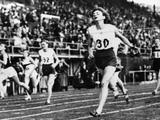 Helsinki 1952: Marjorie Jackson of Australia crosses the line first to win the women's 200m final.