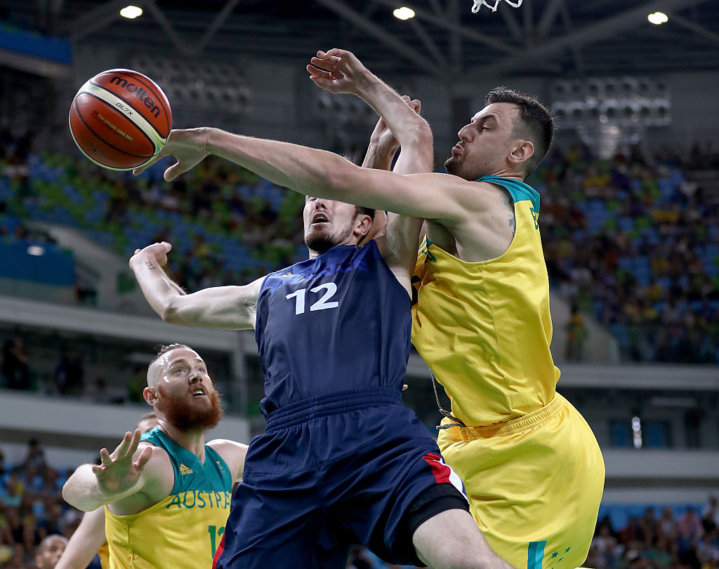 Andrew Bogut outchea punking Serbia from deep